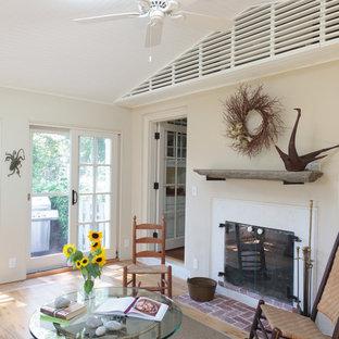 Idéer för ett mellanstort klassiskt uterum, med ljust trägolv, en dubbelsidig öppen spis, en spiselkrans i gips och takfönster