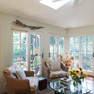 Foto de galería tradicional, de tamaño medio, con suelo de madera clara y techo con claraboya