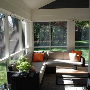 Réalisation d'une véranda design de taille moyenne avec un sol en carrelage de porcelaine, aucune cheminée et un plafond standard.
