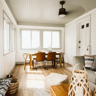 Cette photo montre une petit véranda sud-ouest américain avec un sol en bois clair, un plafond standard et un sol marron.