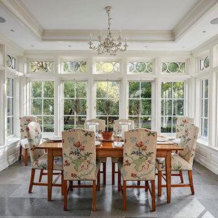 Cette image montre une véranda traditionnelle de taille moyenne avec un sol en calcaire, aucune cheminée, un plafond standard et un sol gris.
