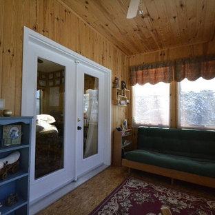 Aménagement d'une véranda classique de taille moyenne avec un sol en contreplaqué, aucune cheminée et un plafond standard.