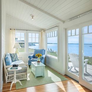 Свежая идея для дизайна: терраса в морском стиле с паркетным полом среднего тона, стандартным потолком и бежевым полом - отличное фото интерьера