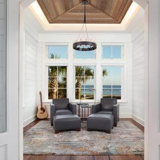 Immagine di una veranda stile marinaro con parquet scuro, soffitto classico e pavimento marrone