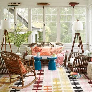 Idee per una veranda costiera di medie dimensioni con pavimento in legno verniciato e pavimento grigio
