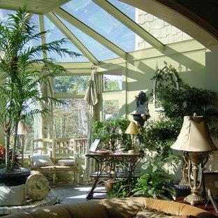 Idées déco pour une véranda romantique de taille moyenne avec un sol en carrelage de porcelaine, aucune cheminée et un puits de lumière.