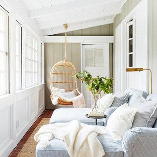 Cette image montre une véranda marine avec un sol en brique et un plafond standard.
