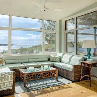 Idées déco pour une véranda classique de taille moyenne avec un sol en bois clair, aucune cheminée, un plafond standard et un sol beige.