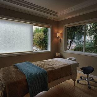 Foto di una veranda tropicale di medie dimensioni con pavimento in bambù, nessun camino e soffitto classico