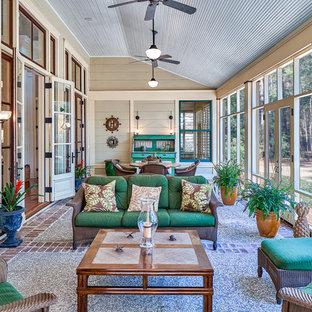 Esempio di una veranda chic con pavimento in mattoni e soffitto classico