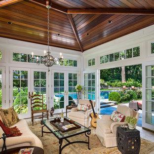 Réalisation d'une grand véranda tradition avec un plafond standard, un sol en marbre, aucune cheminée et un sol gris.