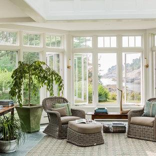Idee per una grande veranda costiera con nessun camino, pavimento in ardesia, lucernario e pavimento grigio