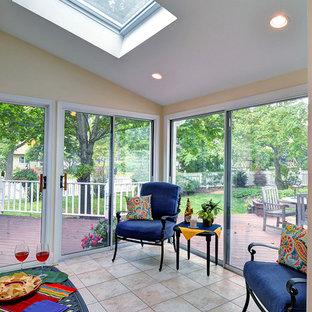 Idéer för att renovera ett mellanstort vintage uterum, med klinkergolv i keramik och takfönster