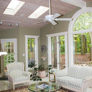 Ispirazione per una piccola veranda tradizionale con lucernario, pavimento con piastrelle in ceramica e pavimento beige