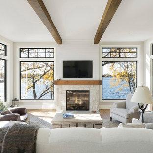Immagine di una veranda stile marinaro con pavimento in legno massello medio, camino classico, cornice del camino in pietra e soffitto classico