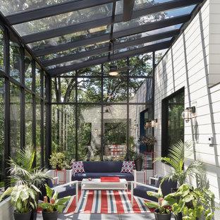 Idee per una grande veranda moderna con soffitto in vetro e pavimento grigio