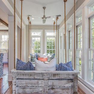 Inspiration för mellanstora klassiska uterum, med tegelgolv, en standard öppen spis, en spiselkrans i trä, tak och rött golv