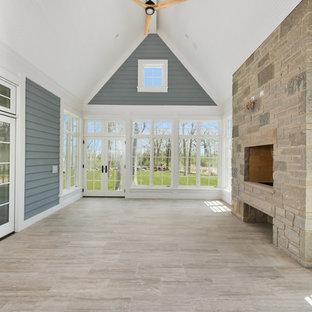 Großer Klassischer Wintergarten mit Keramikboden, Kamin, Kaminumrandung aus Stein, normaler Decke und grauem Boden in Chicago