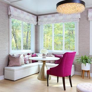 Inspiration pour une véranda design de taille moyenne avec un sol en bois clair, aucune cheminée, un plafond standard et un sol jaune.