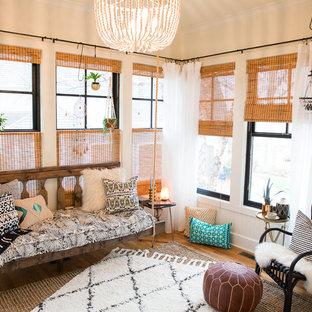Idée de décoration pour une véranda nordique avec un sol en bois brun, un plafond standard et un sol marron.