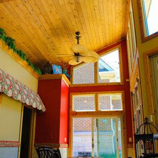 Idée de décoration pour une véranda ethnique de taille moyenne avec un plafond standard et un sol gris.