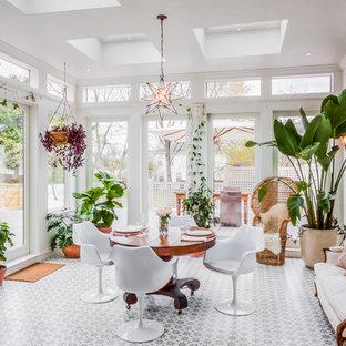Esempio di una grande veranda chic con pavimento con piastrelle in ceramica, lucernario e pavimento multicolore
