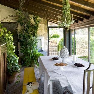 Shabby chic-inspirerad inredning av ett mellanstort uterum, med tegelgolv och tak