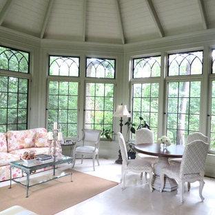 Idéer för att renovera ett stort vintage uterum, med kalkstensgolv, tak och vitt golv
