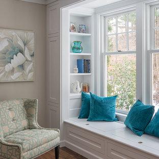 Aménagement d'une petit véranda classique avec un sol en bois foncé, un plafond standard et un sol marron.