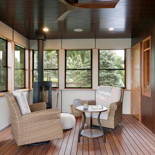 Imagen de galería retro con suelo de madera en tonos medios, estufa de leña y techo estándar
