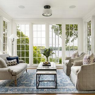 Réalisation d'une véranda marine avec un sol en bois clair, aucune cheminée et un plafond standard.