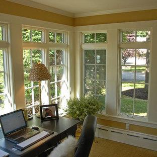 Cette image montre une petit véranda traditionnelle avec aucune cheminée, un plafond standard et moquette.