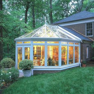 Aménagement d'une grand véranda victorienne avec aucune cheminée et un plafond en verre.