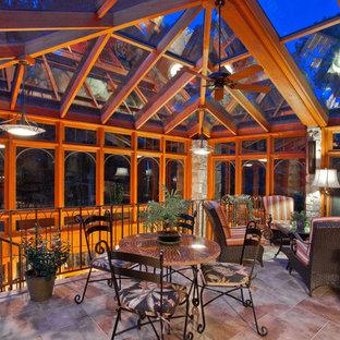 Idée de décoration pour une véranda tradition de taille moyenne avec un sol en carrelage de porcelaine, aucune cheminée, un plafond en verre et un sol gris.