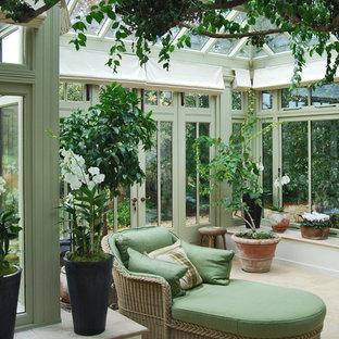Cette image montre une véranda méditerranéenne de taille moyenne avec un plafond en verre.