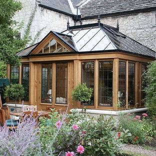 Immagine di una veranda vittoriana con soffitto in vetro