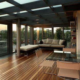 Idee per un'ampia veranda minimal con parquet chiaro e soffitto in vetro