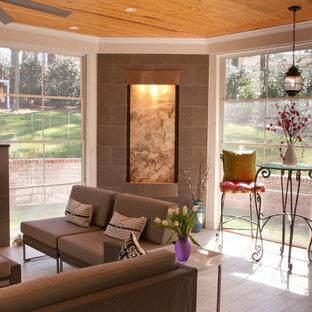 ローリーの中くらいのコンテンポラリースタイルのおしゃれなサンルーム (セラミックタイルの床、標準型暖炉、タイルの暖炉まわり、標準型天井、白い床) の写真