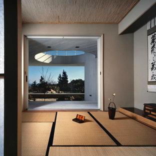 Aménagement d'une véranda asiatique de taille moyenne avec un sol en bambou, aucune cheminée, un plafond standard et un sol beige.