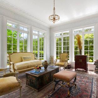 Idées déco pour une grand véranda classique avec un sol en brique, un plafond standard, aucune cheminée et un sol rouge.