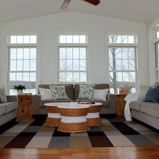 Inspiration för ett mellanstort lantligt uterum, med mellanmörkt trägolv, tak och orange golv
