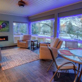 Idee per una grande veranda contemporanea con pavimento in legno massello medio, cornice del camino in metallo, soffitto classico, pavimento marrone e camino classico