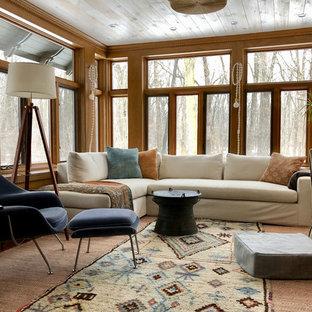 Inspiration för mellanstora klassiska uterum, med korkgolv och brunt golv
