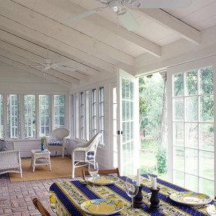 Foto på ett lantligt uterum, med tegelgolv, tak och rött golv
