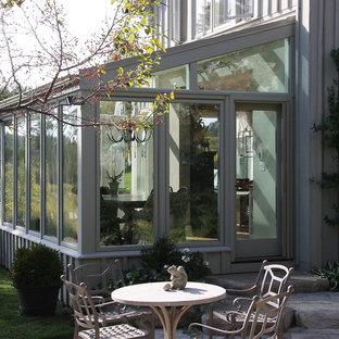 Immagine di una veranda chic con soffitto in vetro