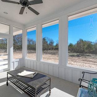 Inspiration pour une véranda style shabby chic de taille moyenne avec béton au sol, aucune cheminée, un plafond standard et un sol gris.