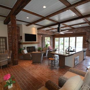 Inspiration pour une grand véranda urbaine avec un sol en brique, une cheminée standard, un manteau de cheminée en plâtre et un plafond standard.