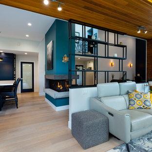 Exempel på ett litet modernt uterum, med ljust trägolv, en dubbelsidig öppen spis, en spiselkrans i betong, takfönster och beiget golv