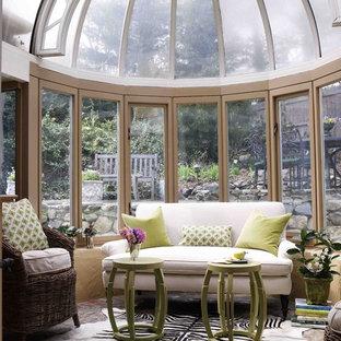 Idées déco pour une véranda victorienne avec un plafond en verre.