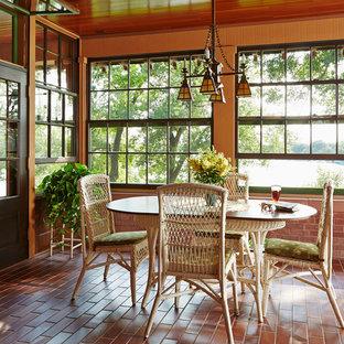 Inspiration för mellanstora amerikanska uterum, med tegelgolv, tak och rött golv